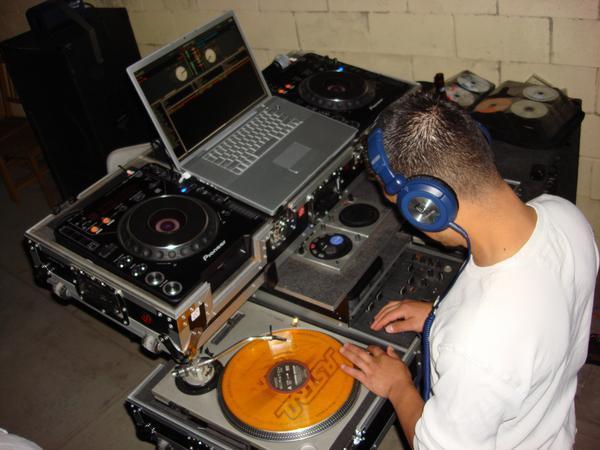 DJ mezclando